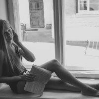 Девушка на подоконнике :: Александр Уманский