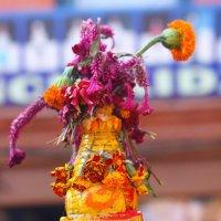 Цветы на буддийской ступе в Непале :: Анастасия Кононенко