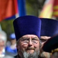 Отец Дмитрий среди участников демонстрации 9 Мая :: Борис Русаков