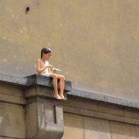 Девушка с бумажным самолетиком :: Михаил Алдущенков