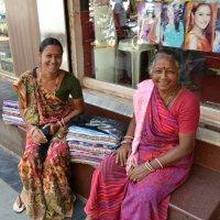 Индия. Мать и дочь продают шарфы :: Владимир Шибинский