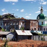 Церкви: слева разрушенная, справа отреставрированная. :: Алексей Golovchenko