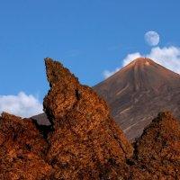 The Moon over El Teide :: Roman Mordashev