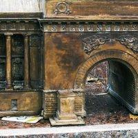 Опавший в арку осенний лист :: Valerii Ivanov