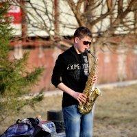 Саксофонист в весеннем парке :: Айнагуль Бекебаева