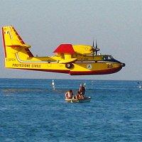 Пожарный самолёт и рыбаки :: Рома Кондратьев
