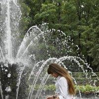Девушка и фонтан :: Алексей Кудрявцев