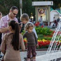 Девочка внимательно смотрит на фонтан :: Роман Яшкин
