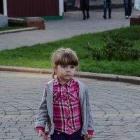 Девочка внимательно смотрит :: Роман Яшкин
