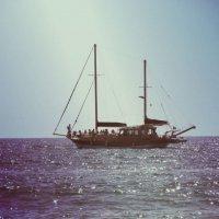 Плывёт корабль в синем море. :: Мелиса Безушко
