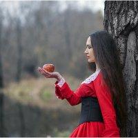 Девушка с яблоком :: Ренат Менаждинов