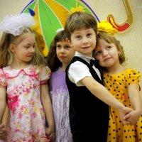 Стоят девчонки, стоят в сторонке... :: Светлана Мальцева