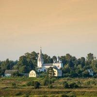 Белая церковь на берегу Волги :: Валерий Смирнов