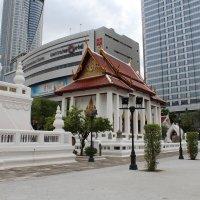 Бангкок, монастырь среди небоскребов :: Владимир Шибинский