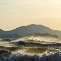 Слияние волн и гор :: Геннадий Валеев
