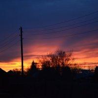 Когда уходит солнце на покой, И поджигает горизонта кромку Так хочется всегда момент такой Запомнить :: Светлана