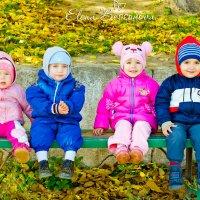 Веселая детская компания во дворе дома :: Елена Бессонова