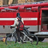 Зеваки на сегодняшнем пожаре дома Адмирала Лазарева в Кронштадте :: Тата Казакова