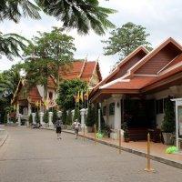 Бангкок, улица, ведущая к храмам :: Владимир Шибинский