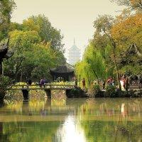 Парк и знаменитая наклонившаяся пагода. Она старше Пизанской башни на несколько сот лет. :: Cергей Павлович