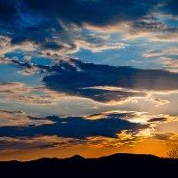 Облако-крокодил, пожирающее закатное солнце :: Boris Khershberg