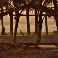 Дождь на пляже на закате :: Владимир Белозёров