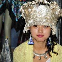 Девушка- продавец национальных украшений :: Андрей Фиронов
