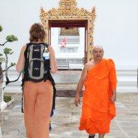 Бангкок. Два оттенка оранжевого, или большая туристка и маленький монах :: Владимир Шибинский