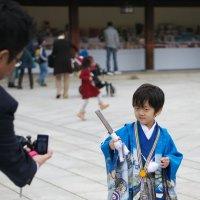 Мальчик в национальной одежде в японском храме :: Sofia Rakitskaia