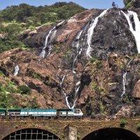 Поезд над водопадом. Индия. :: Edward J.Berelet