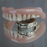 Единственный аргумент в пользу вставной челюсти :: Ирина Данилова