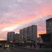 Закат горит огнистой полосою... :: Юрий Бомштейн
