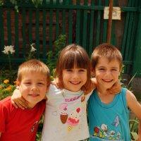 Дети гуляющие на улице*** :: Анна Алексеева
