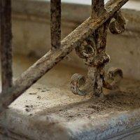 Элемент лестницы, ведущей в подвал :: Дарья Казбанова