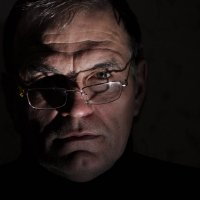 Мрачный автопортрет с жесткими тенями :: Александр Тристан