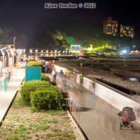 Люди-призраки на набережной :: Alex Yordan