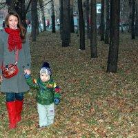 за ручку с мамой по осеннему лесу :: Татьяна Шелковская