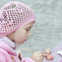 девочка разукрашивает игрушку :: Игорь Хамицаев