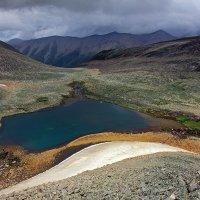 Озеро на перевале Кольцевой :: Михаил Баевский