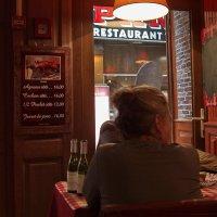 В парижском ресторане. :: Евгений Поляков