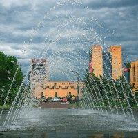 Фонтан и дождь :: Юрий Муханов
