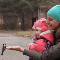 Жена с дочкой кормят птичку :: Egor Shashkin