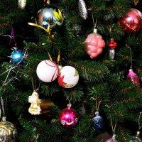 Скоро Новый год, и елка уж наряжена! :: Александр