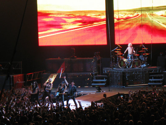 Scorpions, или Ближе только в бэквокал.