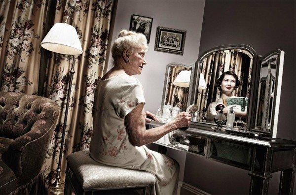 Фото пожилых людей с их отражением в молодости. Необычный фотопроект