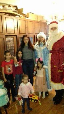 Поздравление детей Снегурочкой и Дедом Морозом