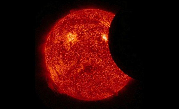 Частичное затмение Солнца, вид из космоса.