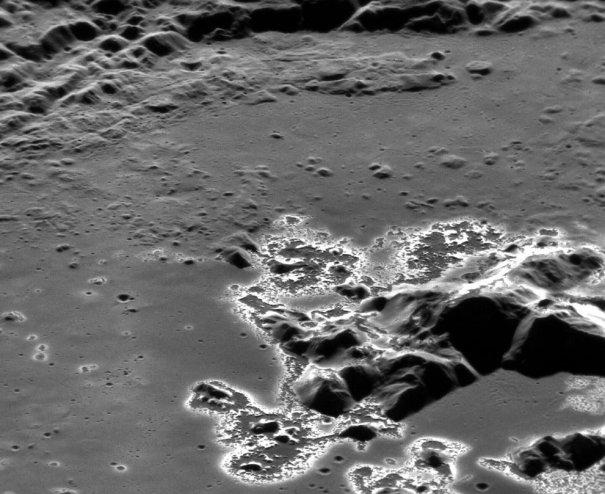 Фотография кратера на поверхности Меркурия