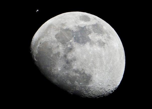 Полет мимо Луны