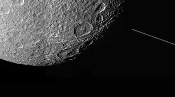 комета Диона, пролетает мимо Сатурна